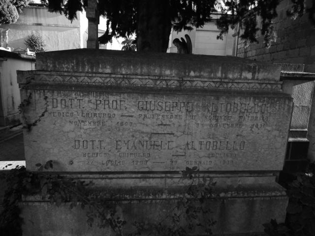 Il sarcofago nel cimitero di Campobasso che accoglie le spoglie di Giuseppe ed Emanuele Altobello